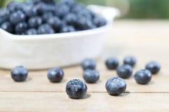 Świeże czarne jagody na drewnianym stole Zdjęcie Stock