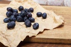 Świeże czarne jagody na nieociosanym brown papieru tle zdjęcie stock