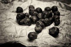 Świeże czarne jagody na nieociosanym brown papieru tle zdjęcia stock