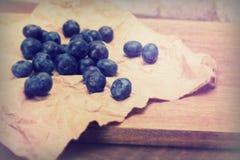 Świeże czarne jagody na nieociosanym brown papieru tle zdjęcie royalty free