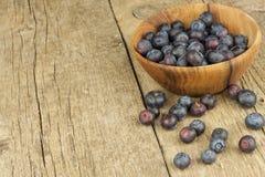 Świeże czarne jagody na starym drewnianym stole Praca domowa marmoladowa Zdrowa lasowa owoc Odżywianie dla atlet Zdjęcia Stock