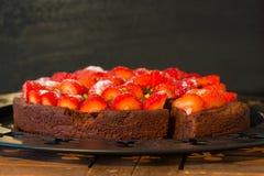 Świeże czekoladowego torta dowcipu czerwieni truskawki Obrazy Stock