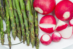 Świeże czerwone rzodkwie i piec na grillu asparagus Zdjęcie Royalty Free