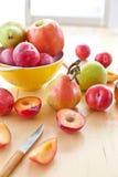 Świeże dojrzałe śliwki, jabłka i bonkrety, fotografia royalty free
