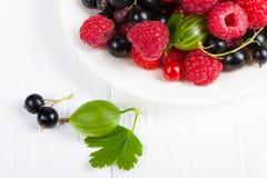 Świeże dojrzałe jagody na białym drewnianym stole Zdjęcie Royalty Free