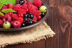 Świeże dojrzałe jagody w pucharze na starym drewnianym stole Pożytecznie naturalny jedzenie Zdjęcie Stock