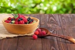 Świeże dojrzałe jagody w pucharze na starym drewnianym stole Pożytecznie naturalny jedzenie Zdjęcia Stock