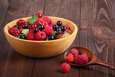 Świeże dojrzałe jagody w pucharze na starym drewnianym stole Pożytecznie naturalny jedzenie Obrazy Royalty Free