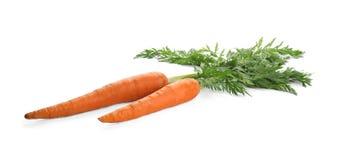 Świeże dojrzałe marchewki na bielu Zdrowotny warzywo zdjęcia stock