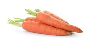 Świeże dojrzałe marchewki na bielu Zdrowotny warzywo fotografia royalty free
