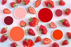 Świeże dojrzałe truskawki i koloru próbki obraz stock