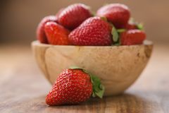 Świeże dojrzałe truskawki w drewnianym pucharze na stole fotografia royalty free