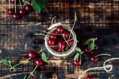 Świeże dojrzałe wiśnie na drewnianym stole Drewniany tło Zdjęcie Stock