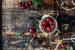Świeże dojrzałe wiśnie na drewnianym stole Drewniany tło Obraz Stock