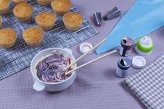 Świeże domowej roboty babeczki na wypiekowej tacy Zdjęcia Royalty Free