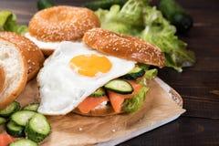 Świeże domowej roboty bagel kanapki z uwędzonym łososiem zdjęcie stock
