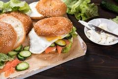 Świeże domowej roboty bagel kanapki z uwędzonym łososiem fotografia stock