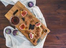Świeże figi, chocjlate i pekan dokrętki z miodem na drewnianym knurze, Zdjęcia Royalty Free