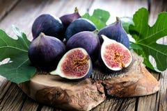 Świeże figi na nieociosanego rocznika drewnianym stole zdjęcie stock