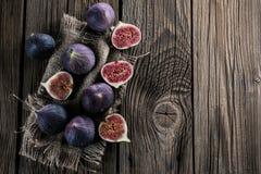 Świeże figi na nieociosanego rocznika drewnianym stole fotografia stock