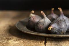 Świeże figi w markotny naturalny oświetleniowym ustawiającym z rocznika retro stylem fotografia stock