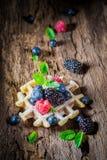 Świeże i smakowite jagodowe owoc z goframi na drewnianej barkentynie zdjęcie royalty free
