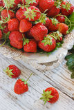 Świeże i wyśmienicie organicznie truskawki na starym metalu talerzu, drewniany stół Doskonalić dla twój zdrowy łasowania dieting Fotografia Royalty Free