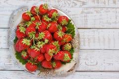Świeże i wyśmienicie organicznie truskawki na starym metalu talerzu, drewniany stół Doskonalić dla twój zdrowy łasowania dieting Obrazy Royalty Free