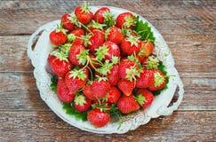 Świeże i wyśmienicie organicznie truskawki na starym metalu talerzu, drewniany stół Doskonalić dla twój zdrowy łasowania dieting Zdjęcia Stock