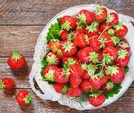 Świeże i wyśmienicie organicznie truskawki na starym metalu talerzu, drewniany stół Doskonalić dla twój zdrowy łasowania dieting Zdjęcie Stock