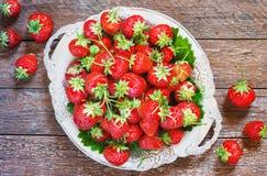Świeże i wyśmienicie organicznie truskawki na starym metalu talerzu, drewniany stół Doskonalić dla twój zdrowy łasowania dieting Zdjęcia Royalty Free