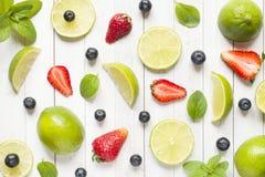 Świeże jagody cytrusa wapno wybijają monety czarne jagody truskawkowe na lekkim tle Mieszkania nieatutowy lato Zdjęcie Stock