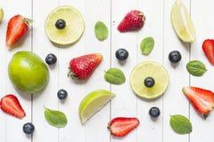 Świeże jagody cytrusa wapno wybijają monety czarne jagody truskawkowe na lekkim tle Mieszkania nieatutowy lato Fotografia Royalty Free