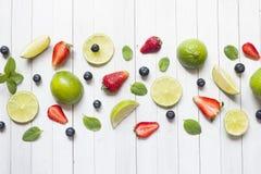 Świeże jagody cytrusa wapno wybijają monety czarne jagody truskawkowe na lekkim tle Odbitkowa przestrzeń dla teksta Obraz Stock