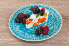 Świeże jagody i jagodowy cheesecake deser Zdjęcia Stock