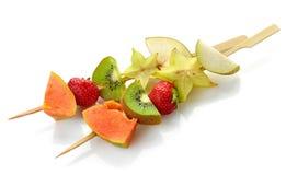 Świeże jagody i owoc kawałki na skewers fotografia stock