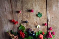 Świeże jagody na drewnianego tła stołowym odgórnym widoku zdjęcia stock