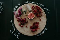Świeże jagody na drewnianym stole i desce Fotografia Stock