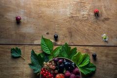 Świeże jagody na drewnianym tło stole obrazy royalty free