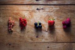 Świeże jagody na drewnianym tło stole obraz royalty free