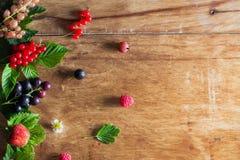Świeże jagody na drewnianym tło stole zdjęcie royalty free