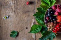 Świeże jagody na drewnianym tło stole fotografia royalty free