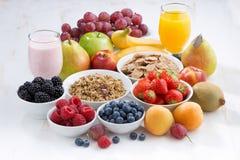 Świeże jagody, owoc i mueslion biały drewniany stół, Fotografia Stock