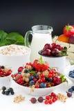 Świeże jagody, owoc, zboże i mleko, czarny tło dla teksta Obrazy Stock