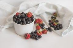Świeże jagody w filiżance na białym tle zdjęcie stock