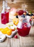 Świeże lato jagody, owoc na drewnianym wieśniaka stole i, owoc Zdjęcia Royalty Free