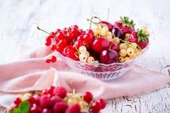 Świeże lato jagody, owoc w szklanym pucharze i Obrazy Stock