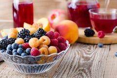 Świeże lato jagody, owoc w szklanym pucharze na drewnianym wieśniaku i Obrazy Royalty Free