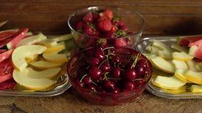 Świeże lato owoc: wiśnie, organicznie truskawki, melonów plasterki, wodny melon w rocznika krystalicznym pucharze na starym drewn zbiory wideo
