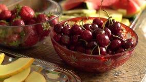 Świeże lato owoc: wiśnie, organicznie truskawki, melonów plasterki, wodny melon w rocznika krystalicznym pucharze na starym drewn zdjęcie wideo